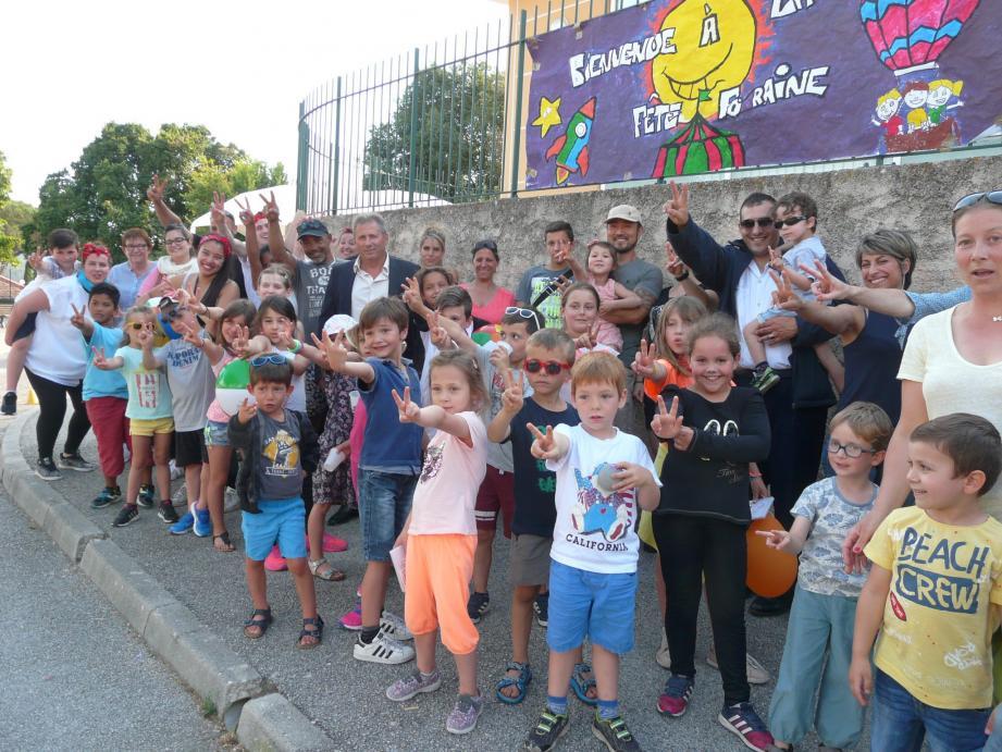 Les enfants du périscolaire entourés des animateurs de l'Odel Var.