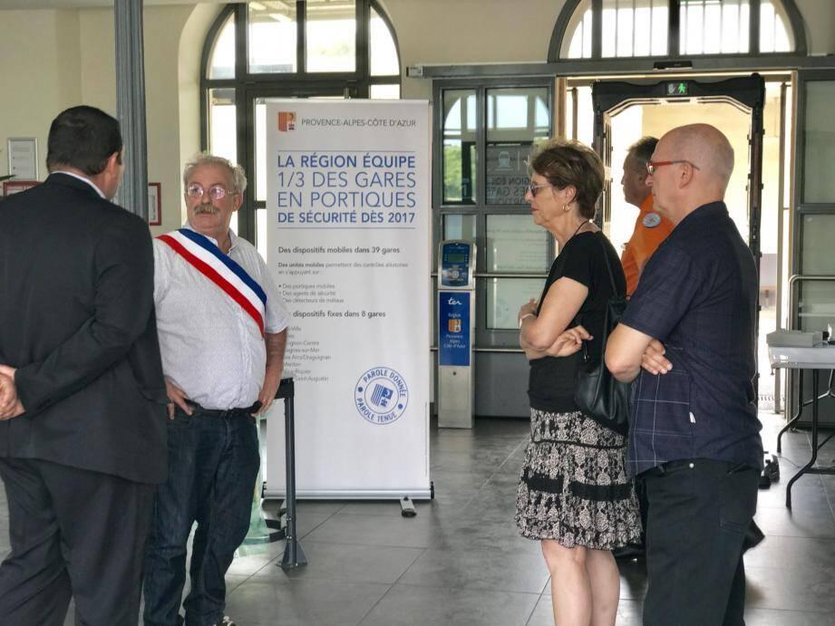 Drôle d'après-midi hier à la gare : d'abord, le maire qui s'indigne contre un portique de sécurité «stigmatisant la population seynoise » et le débranche... Ensuite, le conseiller régional Jean-Pierre Colin qui le remet en service.