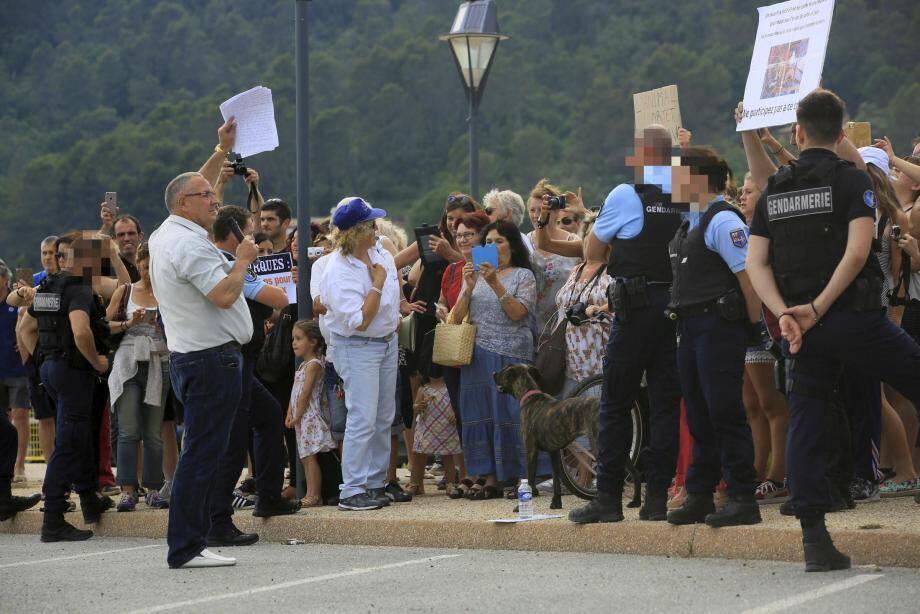Environ cent cinquante personnes sont venues protester contre la tenue du cirque qui utilise des animaux dans son spectacle. La gendarmerie était venue en force pour éviter tout débordement avec le personnel du cirque (ci-dessous).