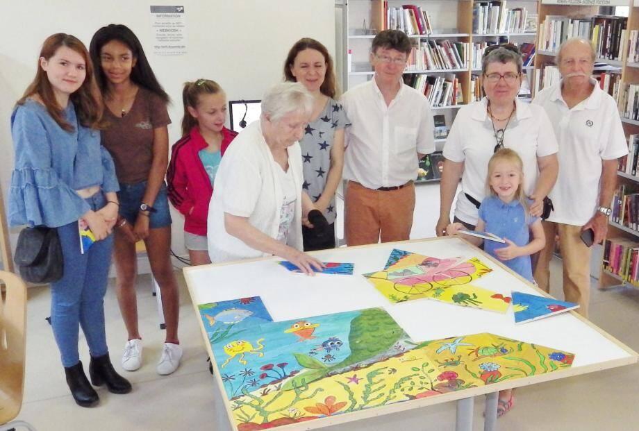 L'assemblage du puzzle en cours par les représentants des différentes communes.