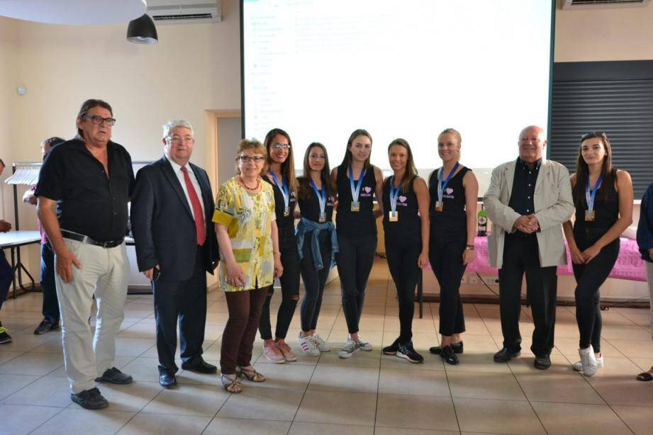 De gauche à droite : Thierry Dupont, adjoint aux sports, le député Philippe Vitel, Lucienne Roques, présidente du CDOS, et le maire de la commune en veste clair, encadrant les championnes de France.