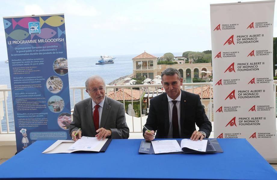 Bernard Fautrier, vice-président de la Fondation du prince Albert II, et Frédéric Darnet, directeur du  Monte-Carlo Bay, signent le programme Mr Goodfish.