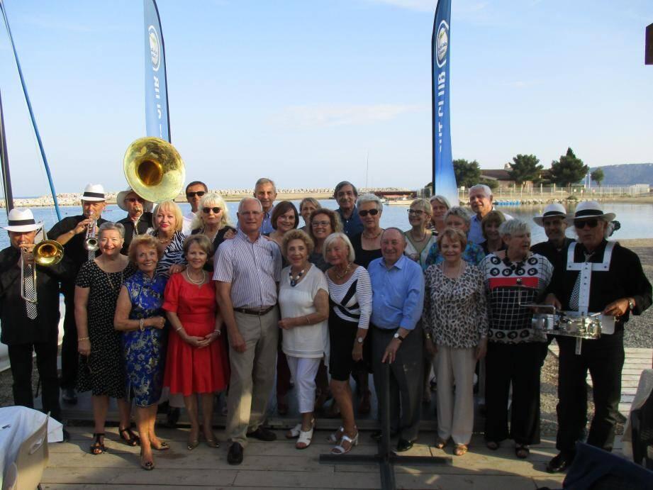 Le nouveau président de l'association France - états-Unis, le capitaine de vaisseau (ER) de l'US Navy Kévin Little (au centre), a accueilli les 130 membres de l'association pour cette soirée jazz.