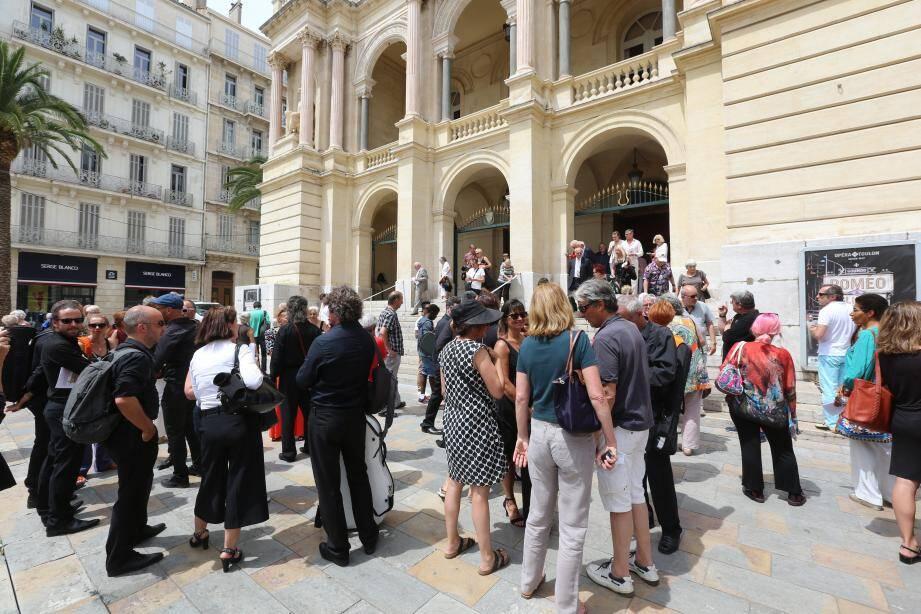 À la sortie de l'opéra, les grévistes sont allés à la rencontre des spectateurs déçus, parfois en colère, mais aussi à l'écoute.