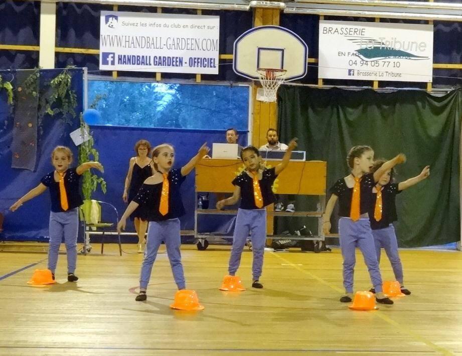 Les élèves des écoles de danse ont offert un spectacle au profit de l'association Jeux vie comme les autres, samedi soir, au gymnase de La Planquette.
