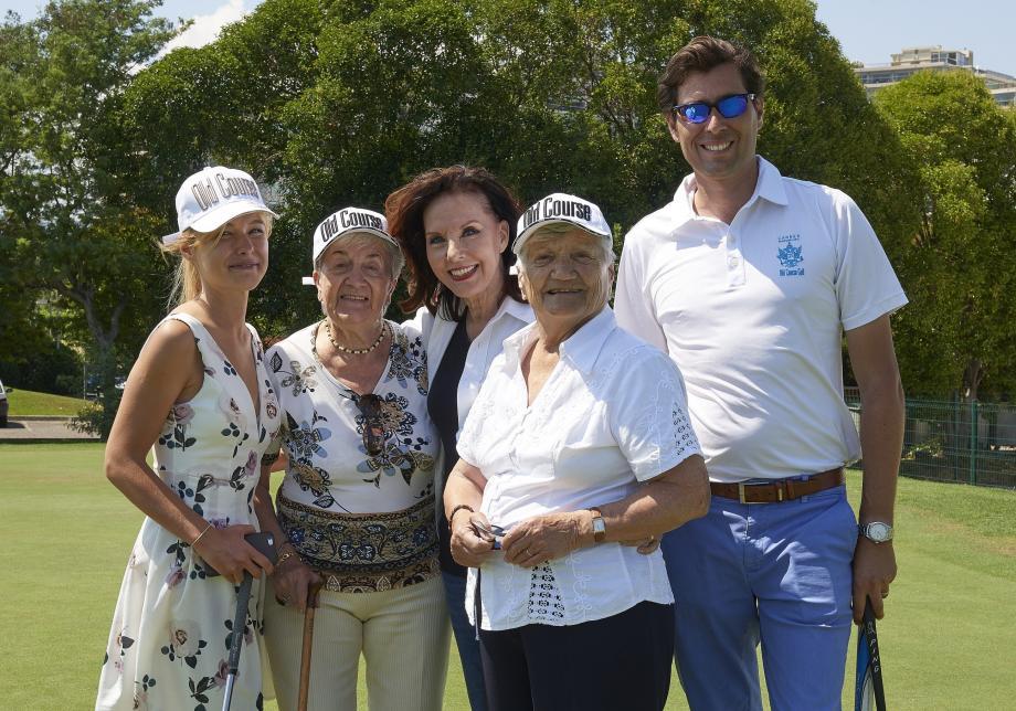 À 86 ans, Liliane et Jeanine, accompagnées par Céline, ont tenté leur premier putt sur les conseils de Fabbio. Aux côtés de Denise Fabre, ambassadrice du groupe.