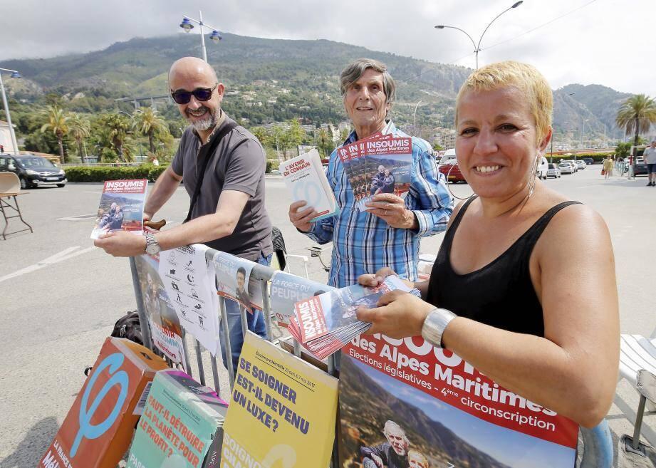Pendant deux jours, aux côtés de leur candidate Zohra Briand (à droite), les militants de la France Insoumise ont tenté de convaincre les électeurs mentonnais sur le parking du stade Rondelli.