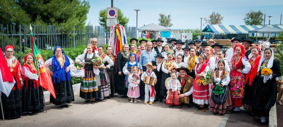 Ces messieurs, en costumes traditionnels, font une haie d'honneur.
