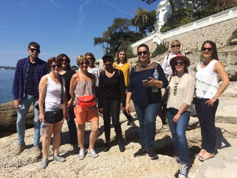 Les participants de cet Eductour posent sur le bord de mer devant la villa Les Funambules de Sacha Guitry.