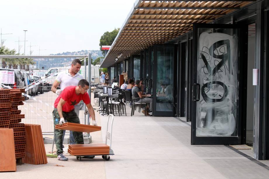 Si certains établissements ont déjà rouvert leurs portes, d'autres sont toujours en travaux sur le port de Saint-Laurent. Ces derniers espèrent ouvrir dans les semaines à venir.