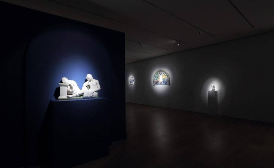 Pour l'ouverture de sa galerie, Fabrizio Moretti (photo de droite, au centre), a choisi de montrer quelques pièces remarquables en céramique de Luca Della Robbia, un des maîtres de la Renaissance italienne. (DR)