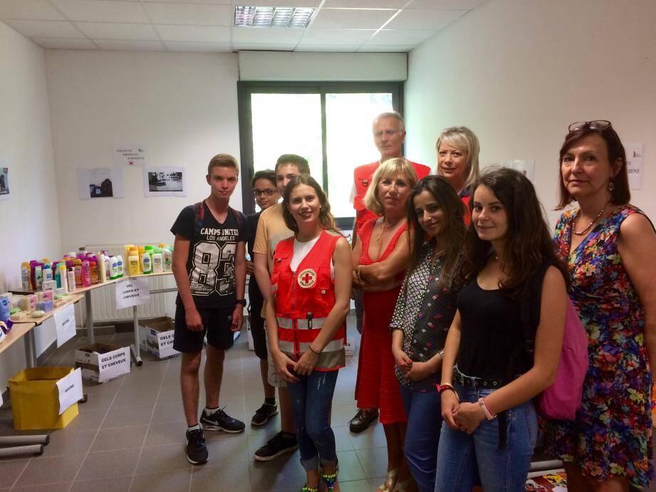 Les élèves du collège Bertone, accompagnés de leur principale Martine Borg, ont reçu les bénévoles de l'antenne antiboise de la Croix-Rouge.