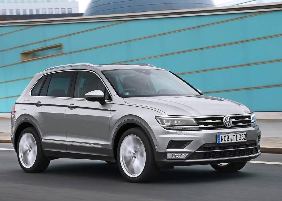 La nouvelle génération du Tiguan reprend en partie les codes déjà développés par Volkswagen sur sa Passat avec, notamment, des lignes horizontales très marquées (calandre, phares, arêtes latérales…).