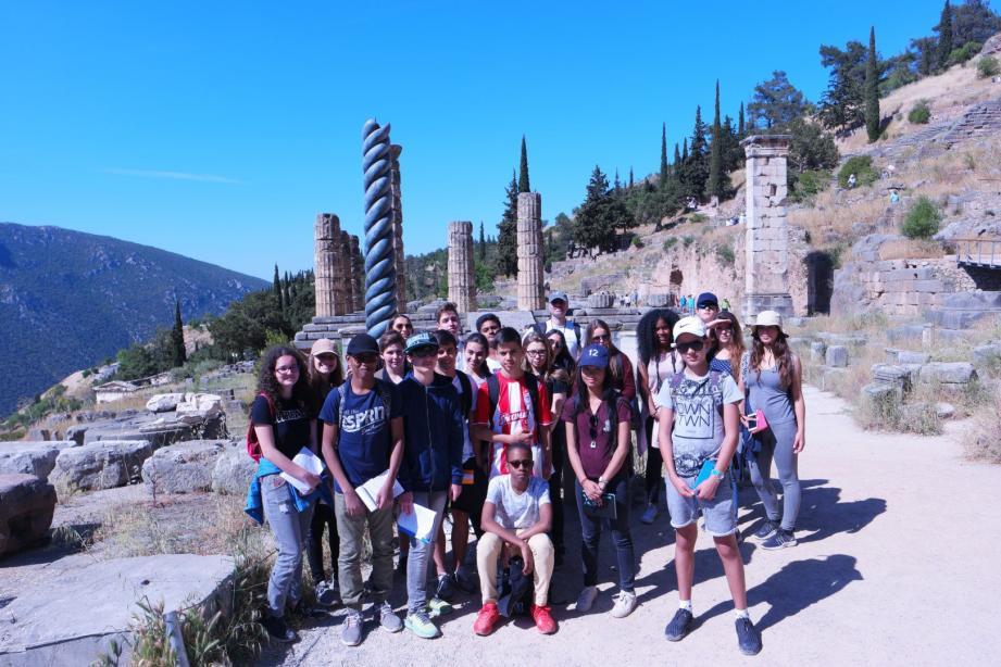 Les élèves, enthousiastes et bien préparés à tout point de vue, ont visité de nombreux sites historiques, dont le Temple d'Apollon.