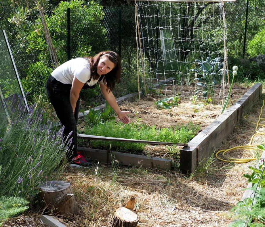 Dans son jardin, Liliana veut atteindre l'autonomie alimentaire pour quatre personnes.