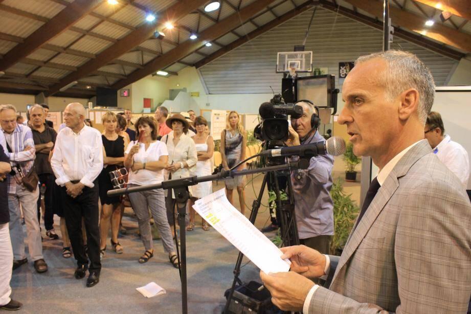 Loïc Dombreval annonçant les résultats pour sa ville, hier, dans le gymnase Jean-Dandreis de Vence.