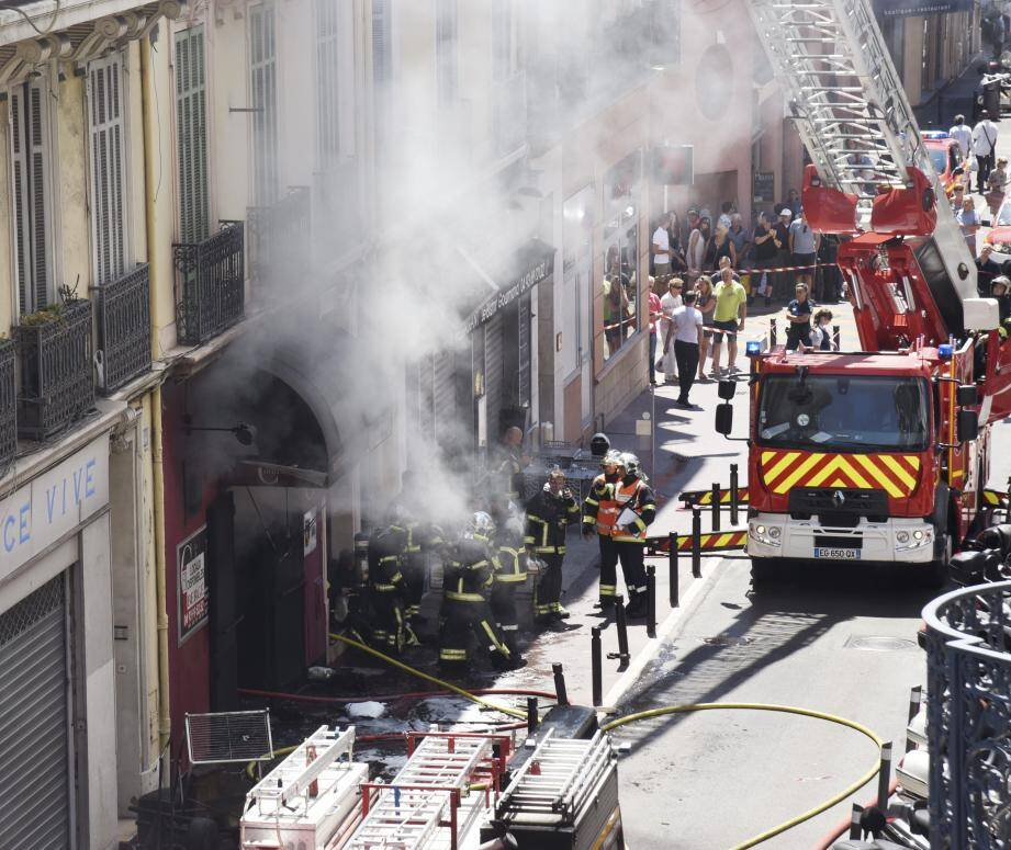 Dans la petite rue du Dr-Gazagnaire hier, l'opération d'extinction de l'incendie a duré de nombreuses heures.