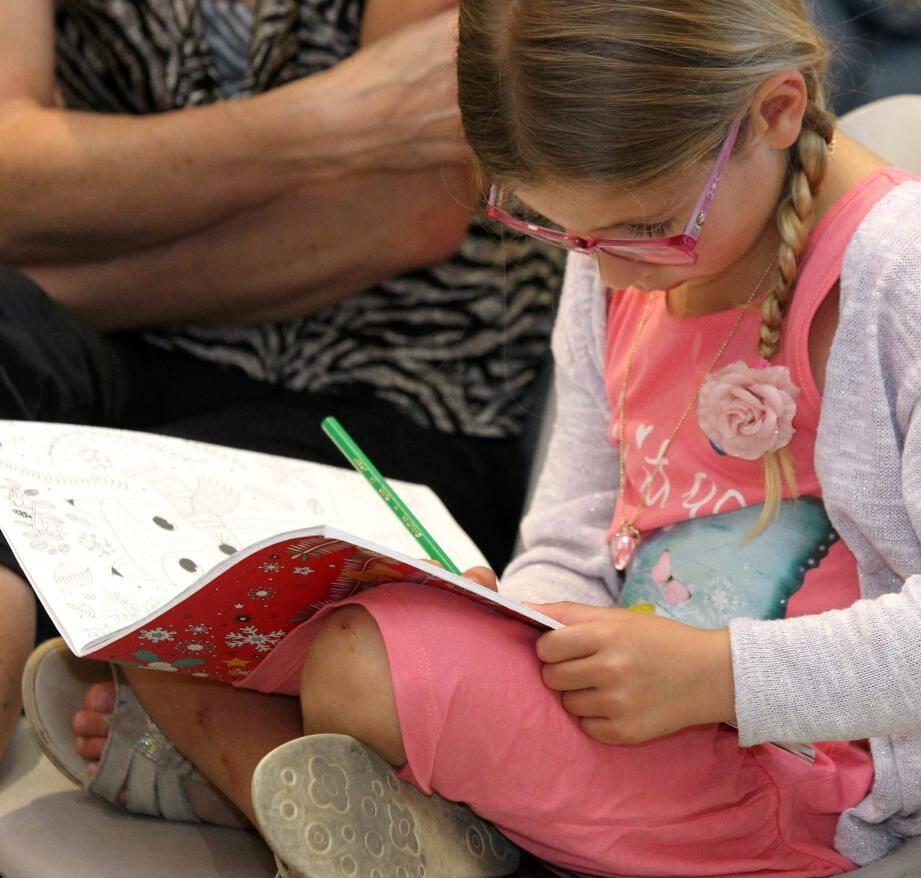 Une petite fille passe son temps à la réunion publique de Gattières.