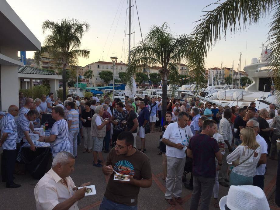 Beaucoup de monde pour cette fête du port.