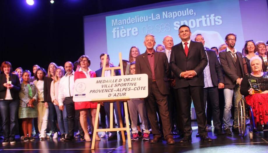 Les lauréats aux côtés de Sébastien Leroy (premier adjoint) et Pierre Cambréal, président délégué du CROS Côte d'Azur.