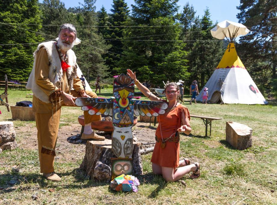 Gilles et sa fille Gwenaëlle, organisateurs du 1er festival indien, autour d'un totem créé sur place.