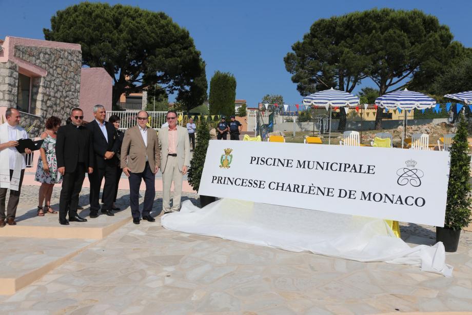 Le souverain a inauguré hier soir la piscine de la commune, qui porte désormais le nom de son épouse.