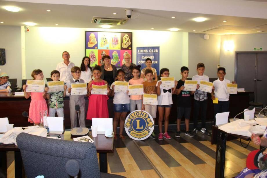 Le jury a offert un diplôme à chacun des 11 participants.