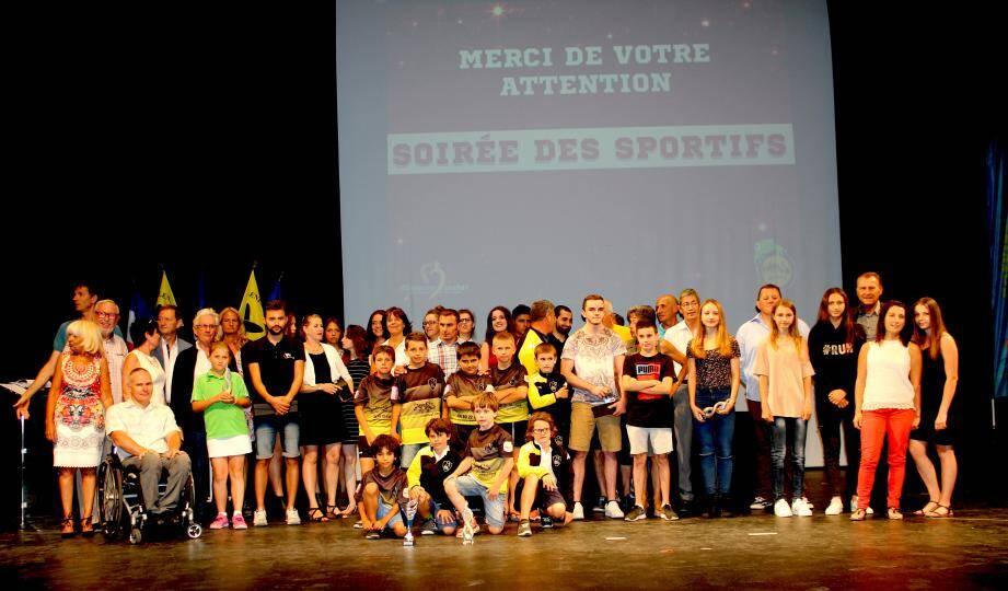 Ils étaient plus de 70 sportifs «méritants» venus, avec leurs proches, pour la cérémonie de récompense. Ci-dessus, les récipiendaires de la soirée, accompagnés de Lionnel Luca et des élus de la commune.