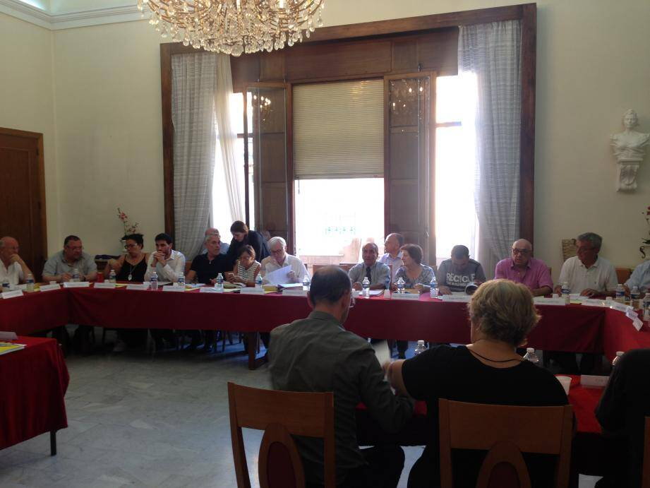 Le conseil municipal était réuni vendredi soir à la mairie de Beausoleil. À droite : Philippe Khemila, élu de la majorité, a été nommé 9e adjoint chargé de la sécurité de la ville.