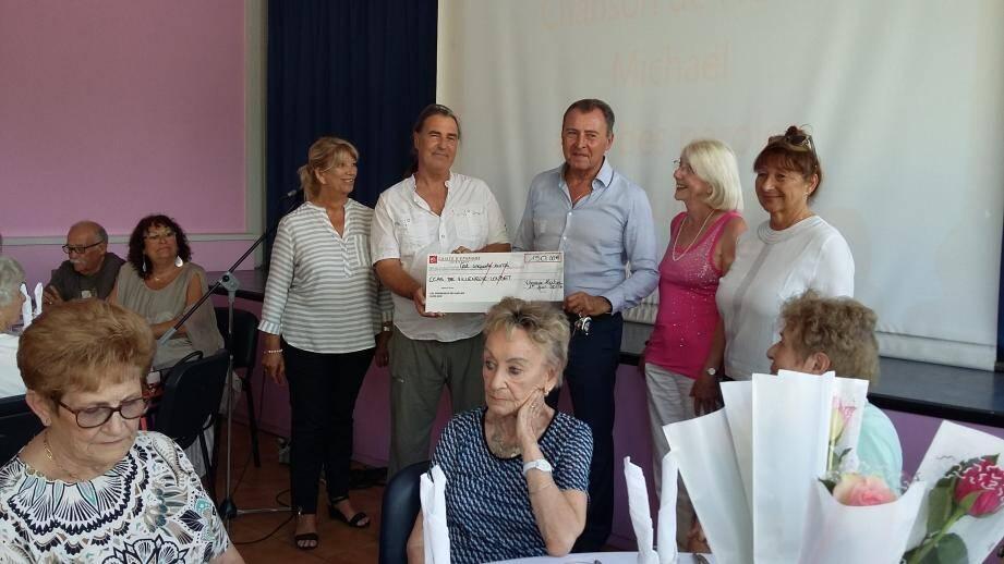 Christian Vinciguerra, au déjeuner de la Fête des mères pour remettre un chèque de 150 euros au CCAS.