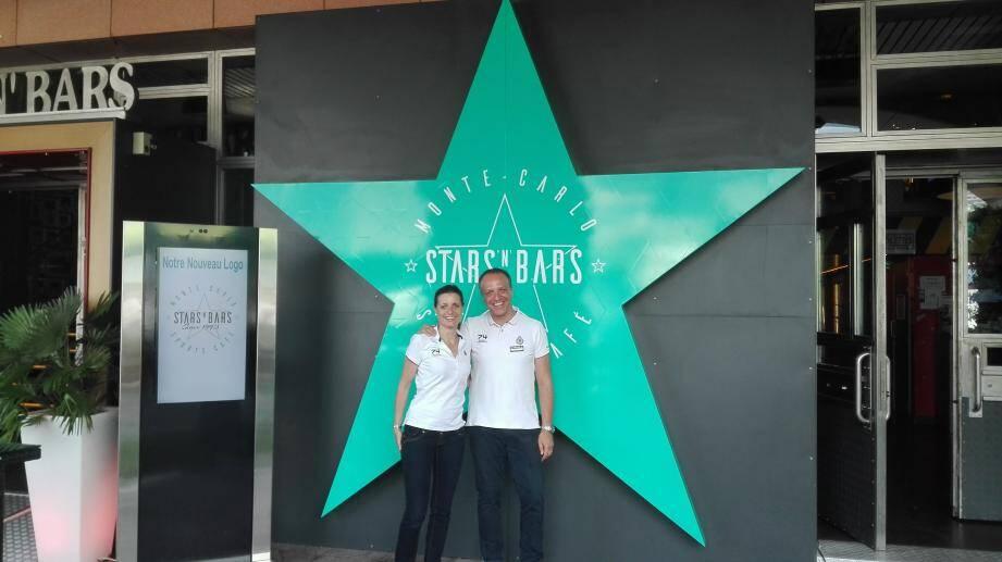 Carole Piguet et Laurent Mayzoué, deux employés du Stars' N' Bars, fiers de leur nouveau logo.