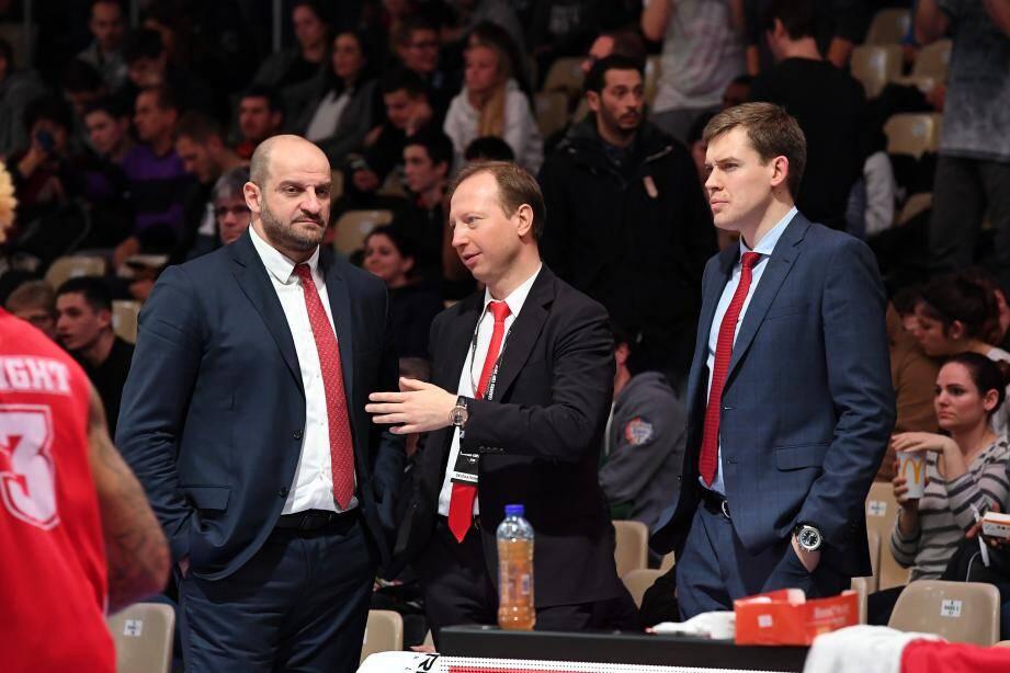 Oleksiy Yefimov (à droite, directeur exécutif) avec Zvezdan Mitrovic (coach, à gauche) et Sergey Dyadechko (au centre), un président investi de toute sa personne dans l'aventure de l'ASM.