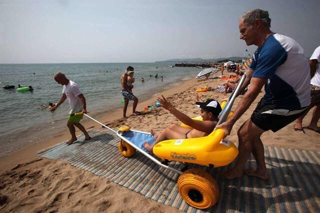 Engin permettant d'accompagner une personne handicapée lors de la baignade.