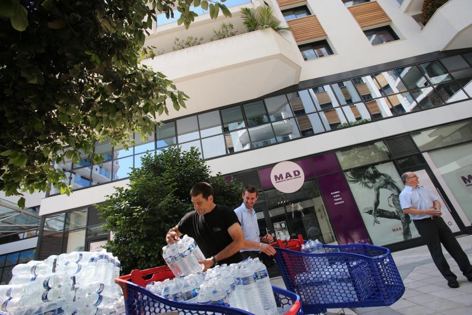 Depuis lundi, le gouvernement préconise aux 800 habitants de la résidence de ne plus boire l'eau du robinet.
