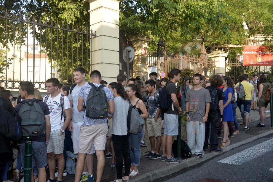 45 minutes avant de philosopher, le trottoir devant l'établissement était déjà bondé.