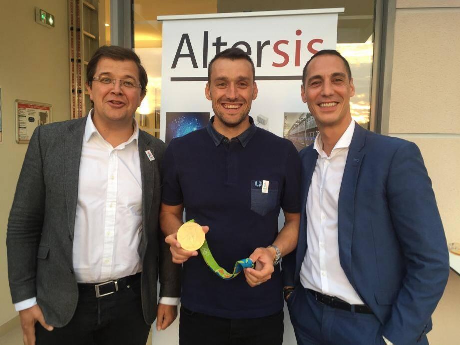 Guy Puech, fondateur d'Altersis (à gauche), avec Denis Gargaud, champion olympique de canoë-kayak, et Virgile Simonneau, directeur de l'agence de Sophia Antipolis.