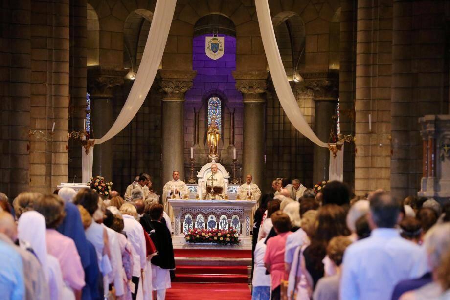 Monseigneur Barsi a officié dans la cathédrale Notre-Dame-Immaculée de Monaco, quasiment pleine, hier soir, à l'occasion de la Fête-Dieu.