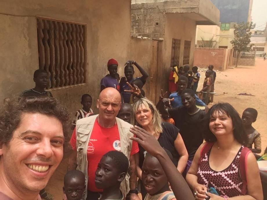 Dans un village à 15 km de Dakar, les forces conjointes des associations Ulis et Les Boubous ont donné nourriture et soin aux enfants.