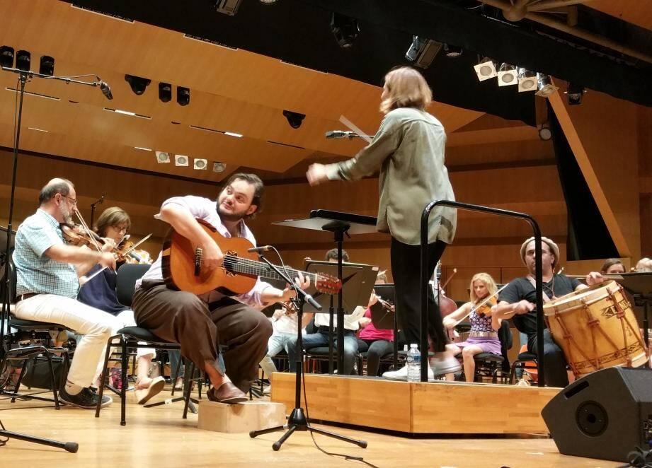 La répétition d'hier: une chef mexicaine à la baguette et un compositeur brésilien à la guitare.(DR)
