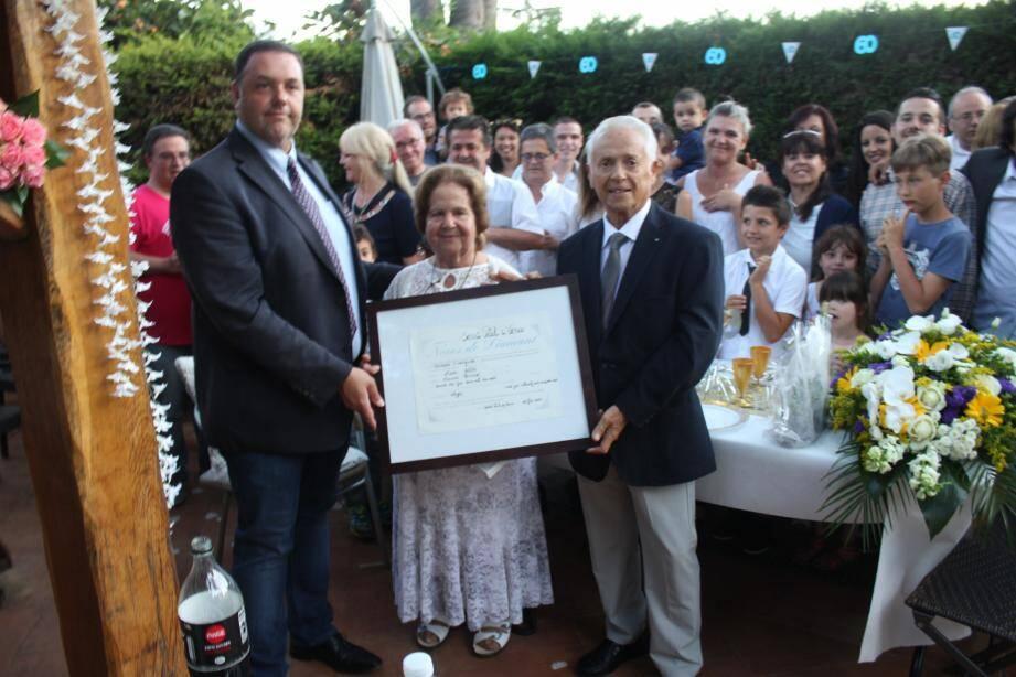 Christophe Issagarre, élu saint-paulois, a remis le certificat à Francine et Lucien Vella.(DR)