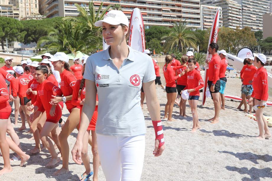 Lundi matin sur la plage du Larvotto, la princesse Charlène a pris part à des ateliers pour apprendre à des collégiens, les gestes qui sauvent dans l'eau.