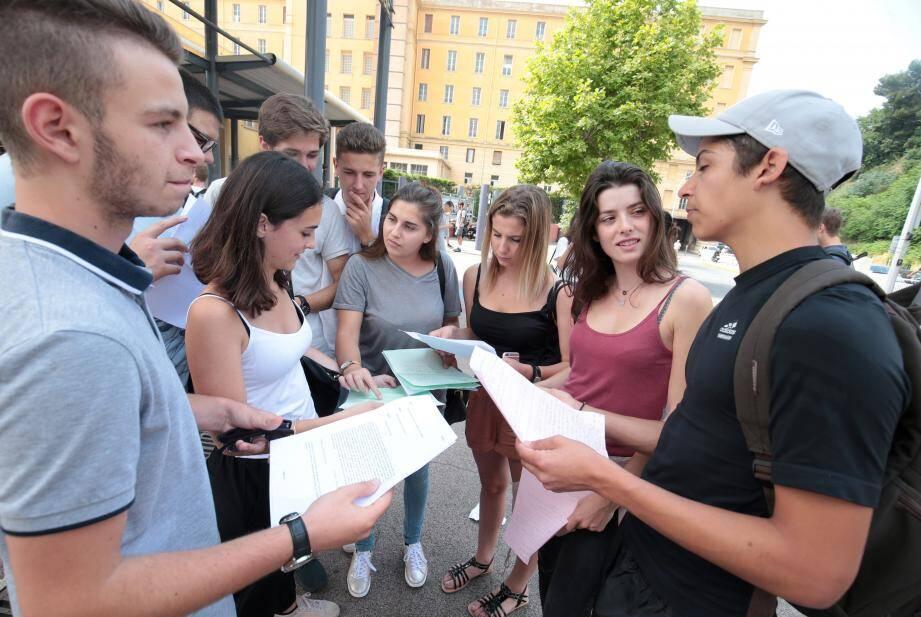 Au lycée du Parc-Impérial à Nice, centre d'examen pour la série S au bac général, les élèves ont planché, hier matin sur la philosophie, sans retard ni incident.