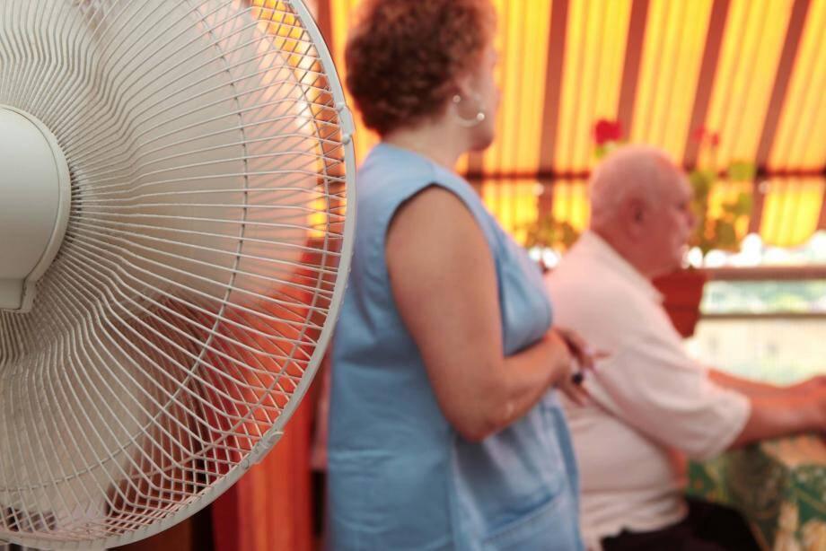 Inscrivez-vous sur le registre du CCAS de votre commune : il veille sur les personnes âgées et isolées durant la canicule.