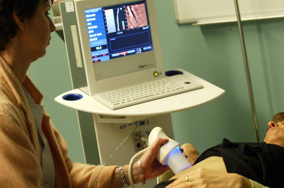 Le Fibroscan (ici une ancienne génération) permettra de connaître l'état du foie du patient.
