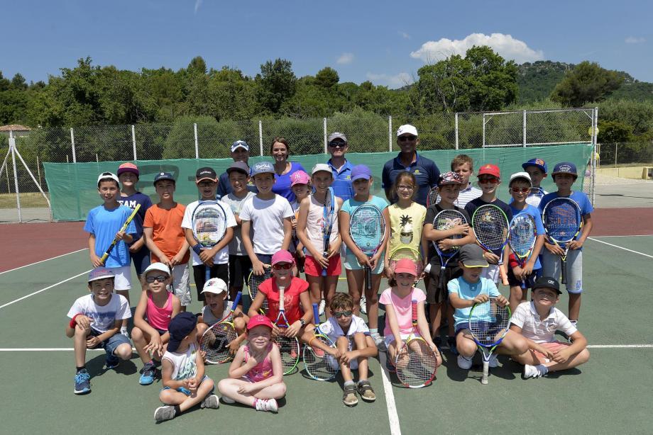 Le tennis avant tout, mais les plus grands de l'école de tennis ont été initiés à un nouveau jeu de balle et filet importé des États-Unis : le pickleball !