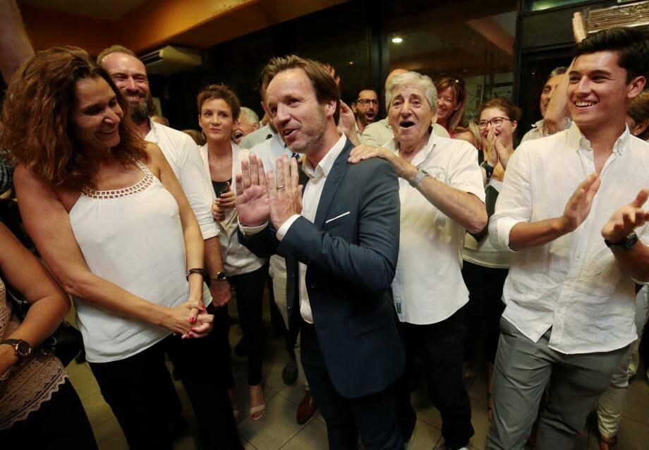 Y'a de la joie chez les marcheurs, ici autour de Cédric Roussel venant d'obtenir confirmation de son élection à l'Assemblée, dimanche soir.