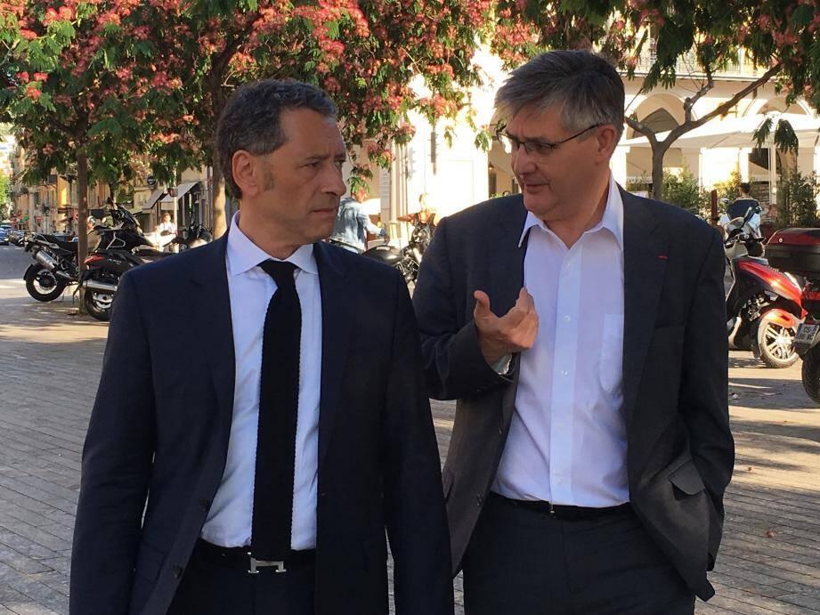 Guillaume Denoix de Saint-Marc, président de l'AFVT, hier place Garibaldi à Nice avec l'avocat Me Philippe Soussi.