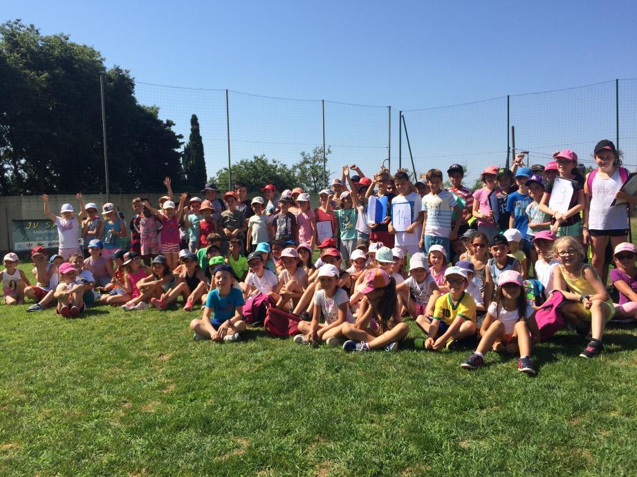 Une partie des élèves de CP, CE1 et CM1 de Saint-Jacques hier au stade Jean-Girard pour les mini-défis.