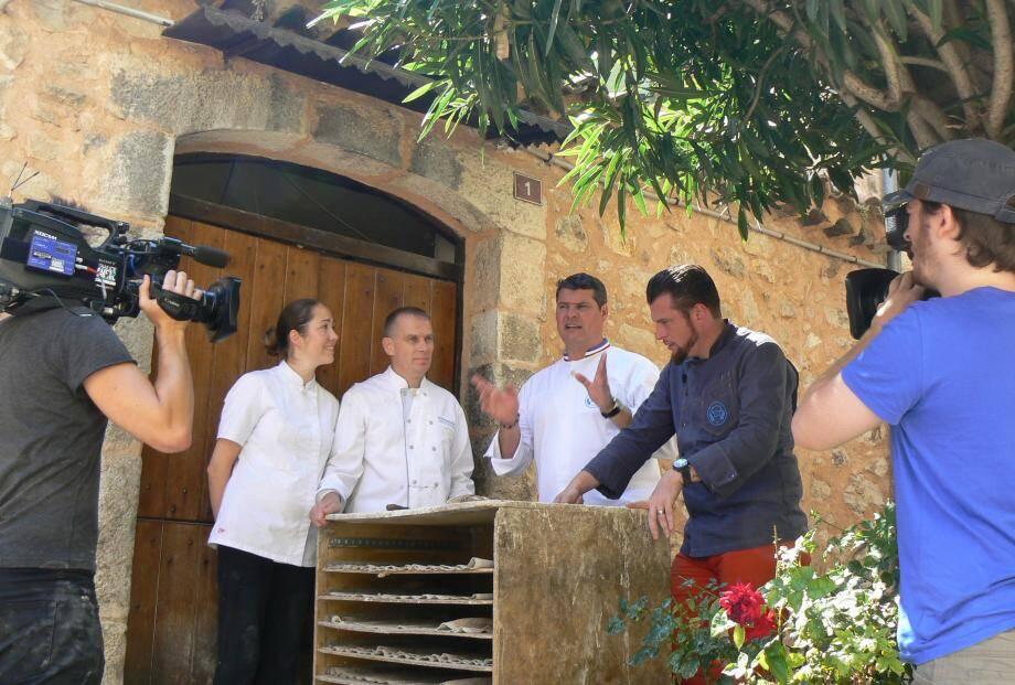 Les deux jurés, Bruno Cormerais et Norbert Tarayre, vont goûter le pain de Patrice devant le four banal, place Maximin-Escalier. Bruno Cormerais donne le top, on fait silence... Ca tourne !