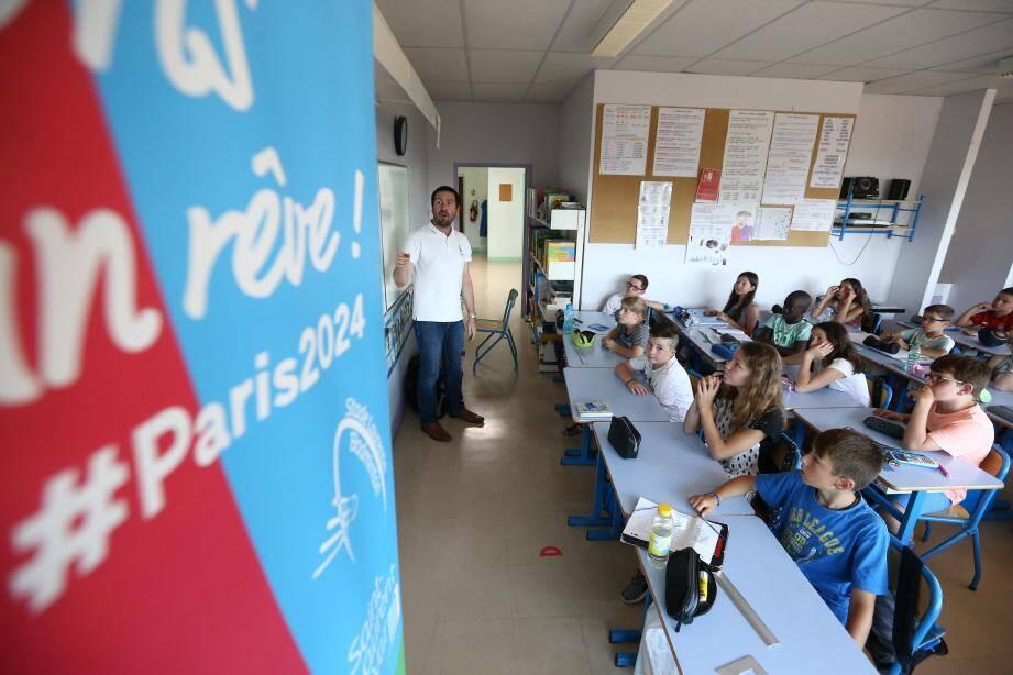 Laurent Garnier (au centre) est allé dans plusieurs classes d'écoles de Saint-Laurent (ici à Castillon II) pour présenter le projet Paris 2024 et les valeurs des Jeux olympiques.